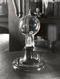 O replică a primului bec cu filament incandescent inventat de Edison
