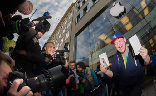 Euforia cauzată de achiziția unui nou telefon