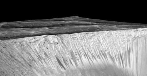 Imagine în perspectivă a dungilor întunecate de pe versanții aflați pe Marte
