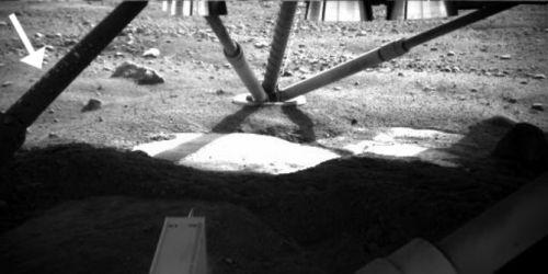 Picături de apă pe un picior al sondei Phoenix Mars Lander