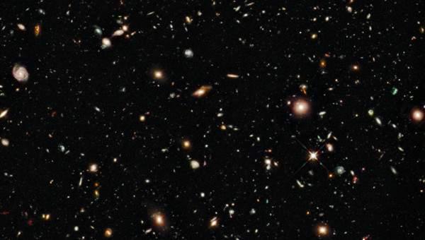 Galaxii îndepărtate surprinse de telescopul Hubble