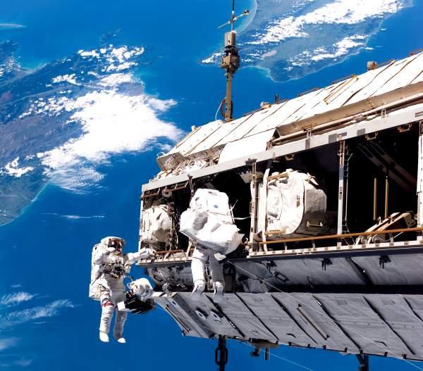 Doi astronauți de pe Stația Spațială Internațională ies in spațiul cosmic