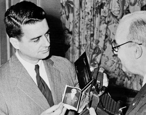 Edwin Land inventatorul camerei Polaroid