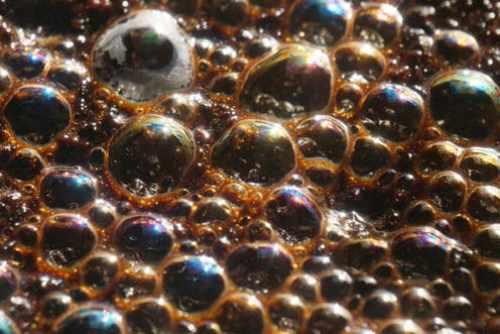 Bulele de aer din apă pot fi modelate ca având masă negativă