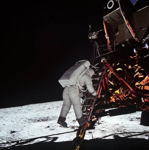 Buzz Aldrin coborând din modulul lunar pe suprafața Lunii