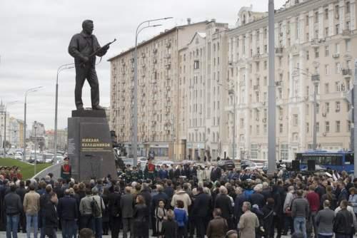 O statuie a lui Kalasnikov cu una dintre pustile sale
