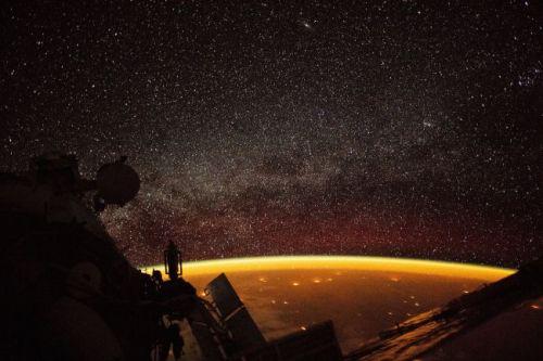 Strălucirea atmosferei Pământului pe un fundal de stele