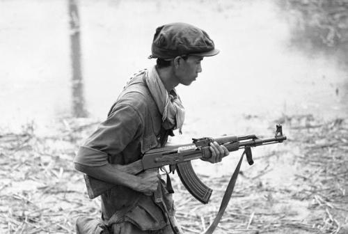 Un soldat cambodgian cu pușca AK-47 în anul 1970