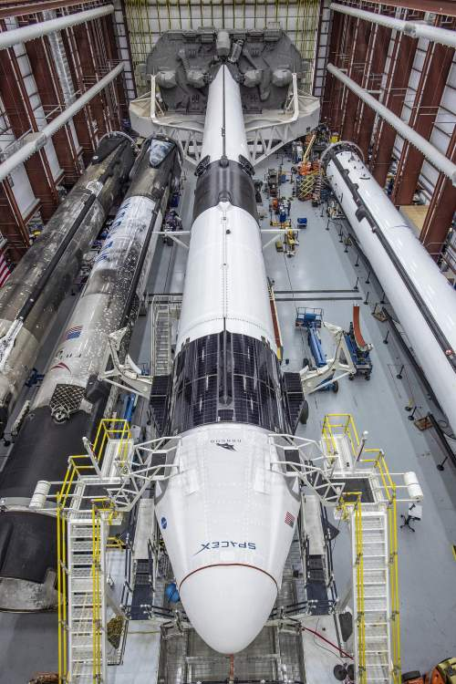 Capsula spațială Crew Dragon transportată de o rachetă Falcon 9