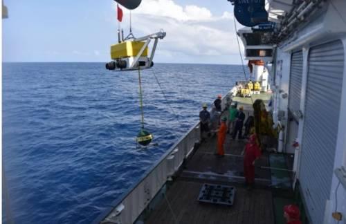 Amplasarea unui seismometru pe fundul Oceanului Atlantic
