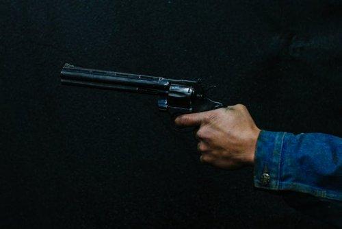 Cu arma în mână